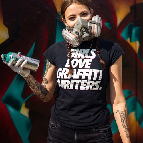 Aura hält eine Spraydose