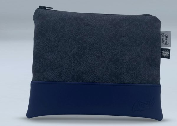 Die Weezel Cozy Bag in der Hombre Edition vorderansicht - midnight writer - schwarz blau