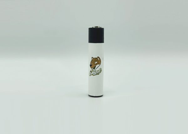 Weezel Clipper Feuerzeug mit Hombres Weezel-Interpretation in der Farbe Classic White Frontansicht