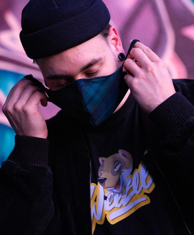 Weezel Fashion Artikel - eine Maske in Shady Check und ein Weezel Logo Shirt von Hombre SUK