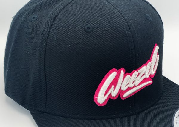 weezel Logokappe schwarz pink Detailansicht