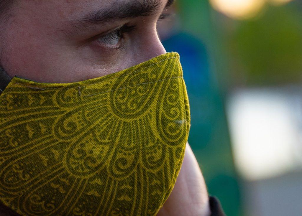 weezel modische stoffmaske / alltagsmaske- grün-gelb urban bandana hombre edition-Model Detail