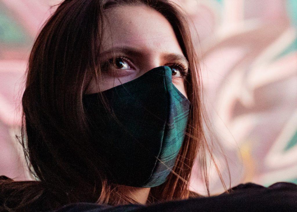 modische stoffmaske-alltagsmaske schwarz shady-check Model-1