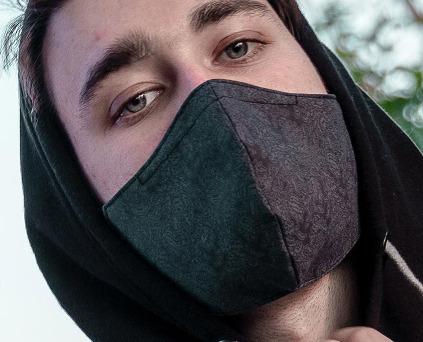 Ein junger Mann trägt eine Weezel Alltagsmaske